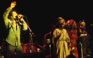 Συναυλία του Μάρλεϊ στο Παρίσι το 1980. Τέσσερα χρόνια πριν, ο μουσικός της ρέγκε έγινε στόχος ενόπλων, γεγονός που ενέπνευσε τον συγγραφέα Μάρλον Τζέιμς.
