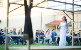 Η ηθοποιός Ασημίνα Αναστασοπούλου, που είχε τον ρόλο της Μιράντας, σε σκηνή από την παράσταση.