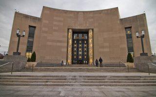 Drag Queen διηγείται ιστορίες σε εκπαιδευτικά προγράμματα της Δημόσιας Βιβλιοθήκης στο Μπρούκλιν, που κάνει καινοτόμες δράσεις.