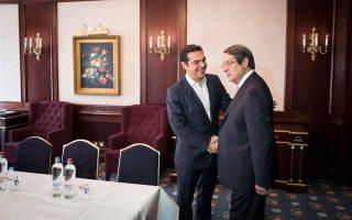 Θερμή χειραψία του Αλ. Τσίπρα με τον Κύπριο πρόεδρο Ν. Αναστασιάδη, στο περιθώριο της Συνόδου της Ε.Ε., στις Βρυξέλλες.