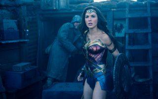 H εντυπωσιακή Γκαλ Γκάντοτ ενσαρκώνει την Αμαζόνα πριγκίπισσα, η οποία θα μετατραπεί στην περίφημη Wonder Woman.