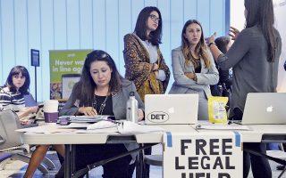 Δικηγόροι από το Λος Αντζελες προσφέρουν δωρεάν υπηρεσίες σε μετανάστες, στο αεροδρόμιο της πόλης, μετά την εφαρμογή του διατάγματος Τραμπ.