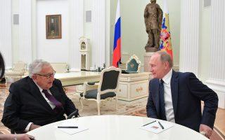 Ο Χένρι Κίσινγκερ στο Κρεμλίνο, κατά τη χθεσινή συνάντησή του με τον πρόεδρο Βλαντιμίρ Πούτιν.