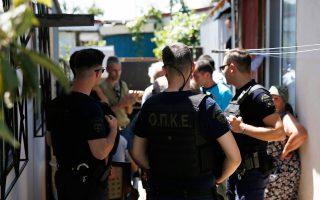 Επιχείρηση «σκούπα» στον χώρο του πρώην στρατοπέδου Καποτά στο Μενίδι πραγματοποίησε χθες η ΕΛ.ΑΣ. Κατασχέθηκαν όπλα, ναρκωτικά και λαθραία τσιγάρα, ενώ συνελήφθησαν 26 άτομα, κυρίως ομογενείς από χώρες της πρώην ΕΣΣΔ. Κατά τη μυστική έρευνα της αστυνομίας για τη «σπείρα των χρηματοκιβωτίων», που είχε την έδρα της σε κοντέινερ του στρατοπέδου, είχαν διαπιστωθεί και άλλες εγκληματικές πράξεις, στις οποίες αποσκοπούσε η χθεσινή επιχείρηση.