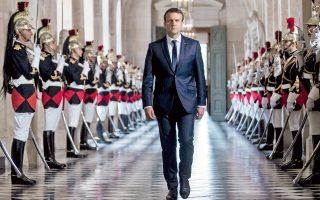 Ο Γάλλος πρόεδρος προσέρχεται στην κοινή συνεδρίαση Βουλής και Γερουσίας, στο μεγαλοπρεπές Ανάκτορο των Βερσαλλιών.