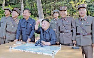 Ο ηγέτης της Βόρειας Κορέας, Κιμ Γιονγκ Ουν, παρακολουθεί την εκτόξευση, πλαισιωμένος από στελέχη των ενόπλων δυνάμεων. Σελ. 10