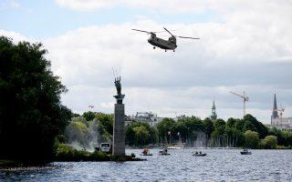 Ελικόπτερο του αμερικανικού στρατού πετάει πάνω από τη λίμνη Αλστερ, στο πλαίσιο άσκησης ενόψει του G20 στο Αμβούργο.