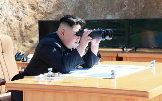 Ο ηγέτης της Βόρειας Κορέας Κιμ Γιονγκ Ουν παρακολουθεί τη χθεσινή εκτόξευση πυραύλου, που θορύβησε την Ουάσιγκτον και τους συμμάχους της.