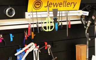 Δημιουργία κοσμημάτων, τρισδιάστατες εκτυπώσεις, ενασχόληση με τα ηλεκτρονικά. Το Makerspace στην Καισαριανή είναι εξοπλισμένο με τα εξειδικευμένα εργαλεία της κάθε τέχνης.