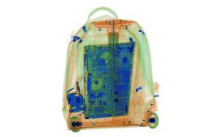 Ενα λάπτοπ μέσα σε βαλίτσα, όπως φαίνεται στον έλεγχο ασφαλείας.