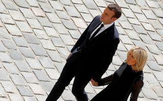 Ο Εμανουέλ Μακρόν και η σύζυγός του Μπριζίτ στη χθεσινή εκδήλωση προς τιμήν της Σιμόν Βέιλ, στο Παρίσι.