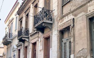 Mέτωπο νεοκλασικών σπιτιών στην οδό Ταρέλλα, στον Αγιο Παύλο.