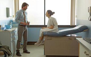 O Κιάνου Ριβς πρωταγωνιστεί στο πλάι της νεαρής Λίλι Κόλινς στο «Τo the Bone», ένα ιδιαίτερο δράμα διά χειρός Netflix.