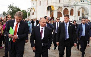 Ο Βλαντιμίρ Πούτιν και ο εκπρόσωπος Τύπου της προεδρίας, Ντιμίτρι Πεσκόφ, έξω από τα τείχη του Κρεμλίνου.