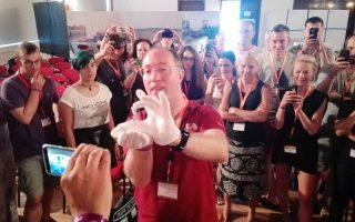 Ο Αυστριακός σχεδιαστής αποστολών στον Αρη Gernot Groemer δείχνει στους μαθητές μια πέτρα από τον Κόκκινο Πλανήτη.
