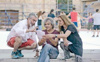 Ο Νίκος Κυπουργός στις πρόβες της παράστασης μαζί με τον Τάση Χριστογιαννόπουλο και την Ειρήνη Καράγιαννη, σημαντικούς λυρικούς καλλιτέχνες, πάνω στους οποίους στηρίζεται η αριστοφανική «Ειρήνη».