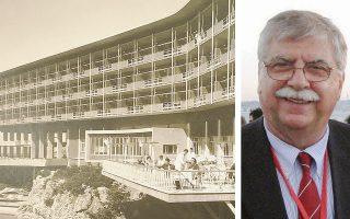 Ο Μανόλης Μαρμαράς έγραψε το έργο «Το ξενοδοχείο Mont Parnes. Μια αρχιτεκτονική ορεινή ιστορία» (εκδ. Κέρκυρα). Ο καθηγητής και συγγραφέας Μανόλης Μαρμαράς (δεξιά).