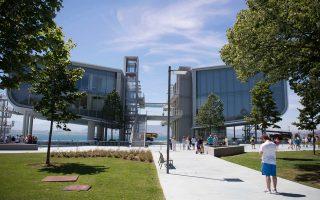 Ο σχεδιασμός του αποτελεί μια συνομιλία της αρχιτεκτονικής με το νερό.