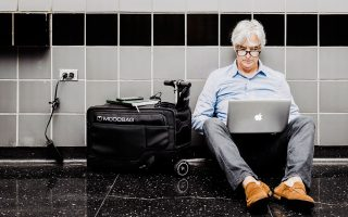 Η βαλίτσα μας όχι μόνο θα μετακινείται εύκολα, ακόμη και σε καλντερίμια, αλλά θα μας φορτίζει και το κινητό.