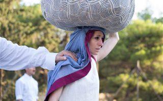 Η Κόρα Καρβούνη ως Αντιγόνη στην παράσταση «Οιδίπους επί Κολωνώ».