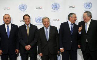 Από αριστερά: Οι κ. Μεβλούτ Τσαβούσογλου, Νίκος Αναστασιάδης, Αντόνιο Γκουτιέρες, Μουσταφά Ακιντζί και Νίκος Κοτζιάς στην οικογενειακή φωτογραφία, στη διάσκεψη για το Κυπριακό, στο ελβετικό θέρετρο Κραν-Μοντανά.