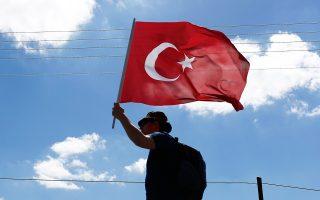 Οπαδός του αντιπολιτευόμενου κεμαλικού κόμματος CHP υψώνει την τουρκική σημαία στη μεγάλη πορεία διαμαρτυρίας από την Αγκυρα προς την Κωνσταντινούπολη.