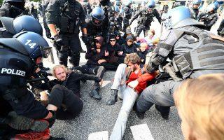 H γερμανική αστυνομία απομακρύνει διαδηλωτές, οι οποίοι είχαν αποκλείσει κεντρικό δρόμο στο Αμβούργο.