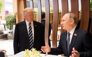 Ντόναλντ Τραμπ και Βλαντιμίρ Πούτιν στην πρώτη πρόσωπο με πρόσωπο συνάντησή τους, στο περιθώριο της συνόδου του G20, στο Αμβούργο.