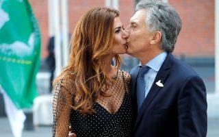Στιγμιότυπα 1. Μακριά από τις διαδηλώσεις, οι ηγέτες που συμμετέχουν στην G20  βρέθηκαν με συζύγους για το επίσημο δείπνο. Εκεί, και το προεδρικό ζεύγος της Αργεντινής, η εντυπωσιακή Juliana με τον Mauricio Macri ανταλλάσσουν φιλιά στο στόμα προς χάριν των φωτογράφων. REUTERS/Wolfgang Rattay