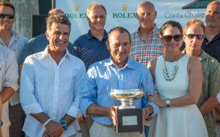 Βράβευση του George Sakellaris ιδιοκτήτη του σκάφους Proteus και νικητή του αγώνα από την κα Ηρώ Βαχάρη (CEO Rolex Hellas).