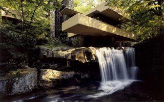 Fallingwater: μπετονένιοι πρόβολοι στηρίζονται σε κατακόρυφους πέτρινους τοίχους και εκτείνονται ασύμμετρα στα υγρά Λόρελ Χάιλαντς.