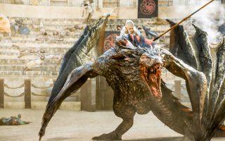 Η «Μητέρα των Δράκων» Ντενέρις (Εμίλια Κλαρκ) πάνω στον αγαπημένο της Ντρόγκον. Οι δυο τους αποτελούν ακαταμάχητο δίδυμο για το κοινό του «Game of Thrones».