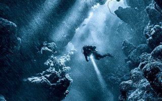 Μάρσα Αλάμ, χωριό της Αιγύπτου. «Κολυμπώντας ανάμεσα στο σύμπλεγμα σπηλαίων, στο σημείο κατάδυσης Sha'ab Claudia στην Ερυθρά Θάλασσα, αιχμαλώτισα τη στιγμή που η οδηγός μας, η Ανέτ, έδειχνε με τον φακό της τον πάτο. Αισθάνθηκα ότι το κάδρο ήταν τέλειο», θυμάται ο δύτης Mario Vitalini, που υπογράφει αυτή τη μαγική φωτογραφική σύνθεση.