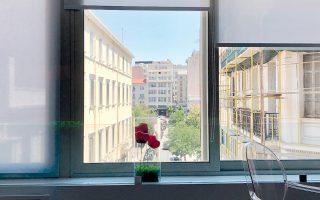Η θέα προς την Παπαρρηγοπούλου, την Κλαυθμώνος και τη Σταδίου, από το ApArt Suite της Πραξιτέλους.