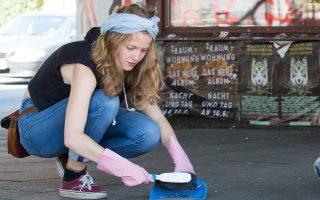 Κάτοικος της περιοχής Σάντσενφιρτελ στο Αμβούργο καθαρίζει την επομένη της συνόδου.
