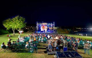Είκοσι πέντε χρόνια κλείνει φέτος το δραστήριο μουσικό φεστιβάλ Sani και στον πανέμορφο λόφο θα εμφανιστούν, μεταξύ άλλων, η Ντι Ντι Μπριτζγουότερ και η κόρη της, ερμηνεύτρια της τζαζ, Τσάινα Μόσες.