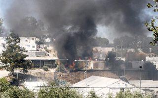 Πέντε κοντέινερ, μια τέντα που σκίαζε τον κεντρικό χώρο του καταυλισμού και δύο σκηνές όπου φυλασσόταν εξοπλισμός κάηκαν από τη φωτιά που ξέσπασε στο hotspot της Μόριας, σε επεισόδια που προκάλεσαν μετανάστες όταν απορρίφθηκε οριστικά το αίτημα ενός εξ αυτών για άσυλο. Στην προσπάθεια της αστυνομίας να τον συλλάβει και να τον οδηγήσει στο προαναχωρησιακό κέντρο, άλλοι μετανάστες άρχισαν να πετροβολούν τους αστυνομικούς, με αποτέλεσμα να ξεσπάσουν συγκρούσεις, φωτιές και χάος, που εξαπλώθηκαν στον καταυλισμό.