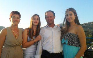 Η μοναδική υποψήφια για την εισαγωγή στην τριτοβάθμια εκπαίδευση, φέτος, στον Αγιο Ευστράτιο, Μαρία Γιάννου (δεξιά), με τον πατέρα της, την αδερφή και τη μητέρα της. Στις Πανελλαδικές Εξετάσεις έγραφε μόνη στην αίθουσα, περιτριγυρισμένη από τέσσερις επιτηρητές. Μιλάει στην «Κ» για τη δύσκολη σχολική χρονιά, η οποία άρχισε με απώλεια πολύτιμου χρόνου καθώς οι καθηγητές φτάνουν στο νησί τον Νοέμβριο, για τη δίμηνη καθυστέρηση στην ολοκλήρωση της ύλης, για το φροντιστήριο από το Ιντερνετ και τα αίσθημα να αγωνίζεσαι μόνος.
