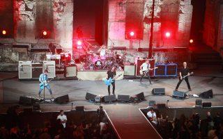 Για περισσότερο από δύο ώρες, οι Foo Fighters τα έδωσαν όλα επί σκηνής, «αποζημιώνοντας» τους εδώ θαυμαστές τους για τα 22 χρόνια αναμονής. Ο Ντέιβ Γκρολ και η παρέα του εμφανίστηκαν στο Ηρώδειο, σε μια σπάνια ροκ στιγμή για το αρχαίο ωδείο.