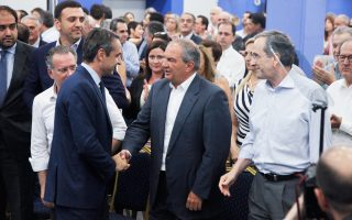 Θερμή χειραψία του προέδρου της Νέας Δημοκρατίας Κυριάκου Μητσοτάκη με τον Κώστα Καραμανλή κατά τη χθεσινή Πολιτική Επιτροπή του κόμματος, στην Πειραιώς. Δίπλα τους, ο Αντώνης Σαμαράς.