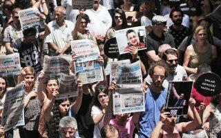 Ιούνιος 2016. Διαδηλωτές διαμαρτύρονται για τη φυλάκιση δύο δημοσιογράφων και ενός ακαδημαϊκού έξω από τα γραφεία της εφημερίδας Ozgur Gundem. Οι κρατούμενοι με την κατηγορία ότι είναι οπαδοί του Φετουλάχ Γκιουλέν έχουν φτάσει τις 50.000.