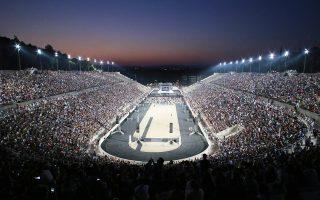 Κατάμεστο το Καλλιμάρμαρο χθες στη μεγάλη συναυλία του ΣΚΑΪ «Ολοι μαζί μπορούμε», με σκοπό τη συγκέντρωση τροφίμων για συνανθρώπους μας που έχουν ανάγκη. Ο Διονύσης Σαββόπουλος και η παρέα του κατάφεραν να κινητοποιήσουν 60.000 άτομα - Φωτογραφία: Νίκος Κοκκαλιάς.