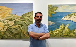 Ο ζωγράφος Σπύρος Κωτσαλάς φωτογραφημένος ανάμεσα στα έργα του, που παρουσιάζονται έως τις 29 Ιουλίου στην Evripides Art Gallery, Ηρακλείτου και Σκουφά.