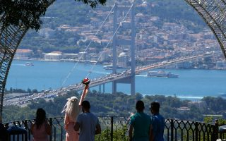 Φωτογραφία της περασμένης Δευτέρας στη γέφυρα «Μαρτύρων της 15ης Ιουλίου», όπως ονομάστηκε στη μνήμη των θυμάτων του πραξικοπήματος.
