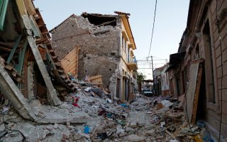 Χθες, άρχισε η διαδικασία άρσης της επικινδυνότητας των κτισμάτων του χωριού της Βρίσας, ενώ πριν από δύο μέρες δόθηκαν στον Δήμο Λέσβου 300.000 ευρώ από το υπουργείο Εσωτερικών.