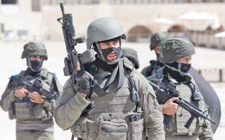 Ανδρες των ειδικών δυνάμεων βγαίνουν από το Ορος του Ναού στην Παλιά Πόλη της Ιερουσαλήμ έπειτα από επεισόδιο, κατά το οποίο τρεις Ισραηλινοί αραβικής καταγωγής σκότωσαν δύο Ισραηλινούς αστυνομικούς, για να πέσουν στη συνέχεια οι ίδιοι νεκροί από τα πυρά συναδέλφων τους. Σελ. 9