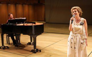 H Γιοβάννα στις πρόβες για τη «Ρετρομανία» της Εναλλακτικής Σκηνής, όπου με τον πιανίστα Χρήστο Κουμούση θα παρουσιάσει παλιές της επιτυχίες.