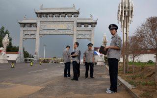 Δυνάμεις ασφαλείας έξω από το σημείο στο οποίο πιστεύεται ότι έχει μεταφερθεί η σορός του νομπελίστα στην επαρχία Λιαονίνγκ.