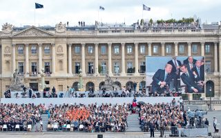Τους ακατάλυτους δεσμούς της γαλλικής και της αμερικανικής δημοκρατίας υπογράμμισε ο χθεσινός εορτασμός της 14ης Ιουλίου και των 100 χρόνων από την είσοδο των ΗΠΑ στον Α΄ Παγκόσμιο Πόλεμο, παρουσία των προέδρων Ντόναλντ Τραμπ και Εμανουέλ Μακρόν, στο Παρίσι. Tην ίδια στιγμή αποκαλυπτόταν ότι Ρώσος λομπίστας, o οποίος θεωρείται ύποπτος ως πράκτορας, συμμετείχε σε προεκλογική συνάντηση με τον υιό Τραμπ.
