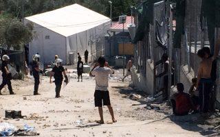 Συγκρούσεις ανάμεσα σε ισχυρές δυνάμεις της Αστυνομίας και Αφρικανούς, κυρίως, μετανάστες μέσα στον καταυλισμό του Κέντρου Υποδοχής και Ταυτοποίησης Λέσβου στη Μόρια, Τρίτη 18 Ιουλίου 2017. Ο καταυλισμός έχει εκκενωθεί ιδιαίτερα από τις οικογένειες που έχουν καταφύγει σε ελαιώνες κοντά στο χωριό Μόρια, ενώ μέσα στο Κέντρο γίνονται πραγματικές μάχες με πρωταγωνιστές Αφρικανούς μετανάστες που διαμαρτύρονται για τον πολύμηνο εγκλεισμό τους και τη μη εξέταση του αιτήματος ασύλου που έχουν υποβάλει. ΑΠΕ ΜΠΕ/ΑΠΕ ΜΠΕ/STR